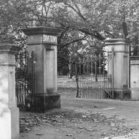 Image: A large entrance gate to Botanic Park