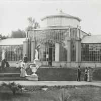Image: Fancy-dressed public visit glasshouse