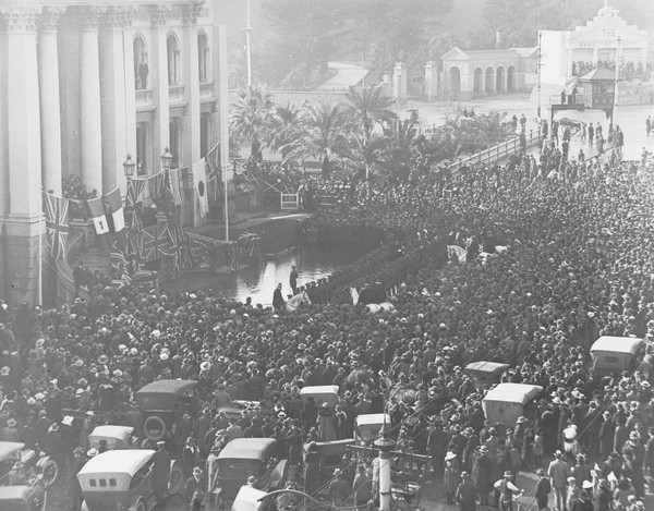 Image: crowds in front of Parliament House