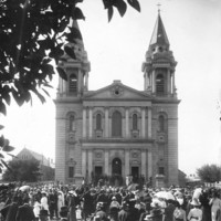 Image: crowd of people in front of church